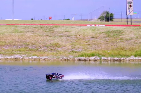 Video: RC Off-Road 4x4 Drives On Water
