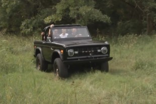 Silver Sport Transmission Tremec TR-4050 5-Speed In A 1st Gen Bronco